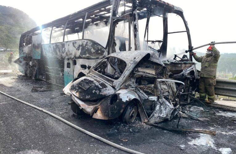 Choca autobús de ayotzis contra VW; 2 muertos